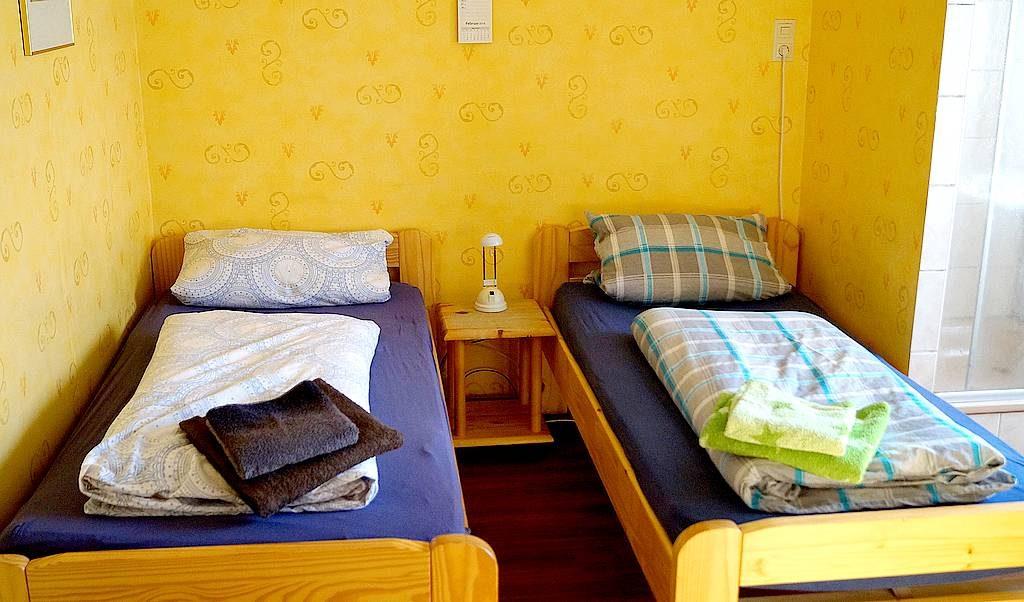 Unsere Zimmer sind praktikabel und solide eingerichtet. WLAN ist im ganzen Haus vorhanden.